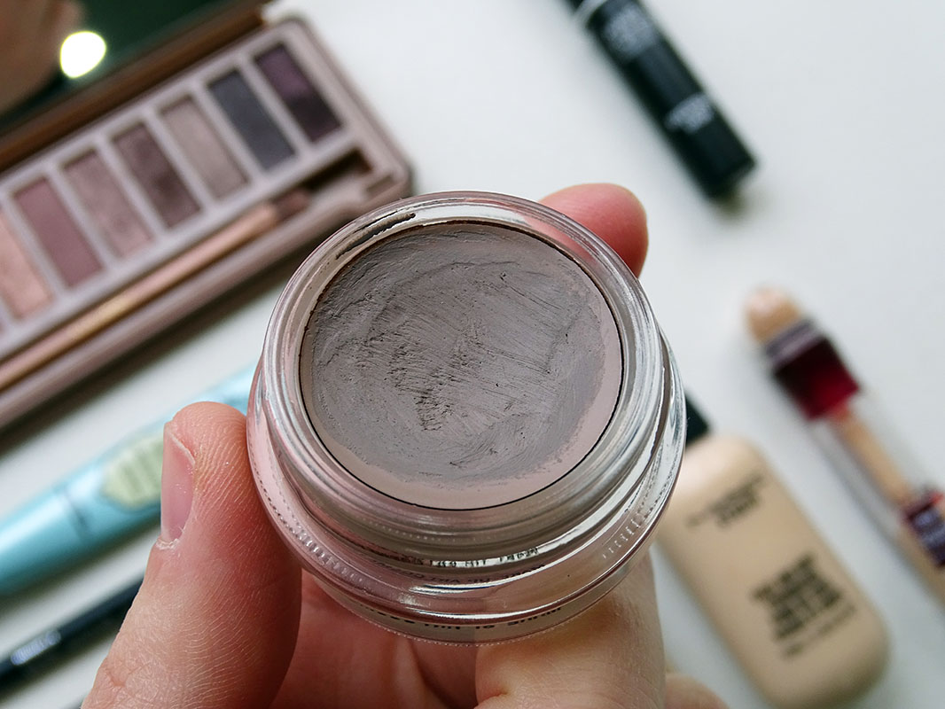 Maquillaje con Paint Pot Tailor Grey de Mac Cosmetics.