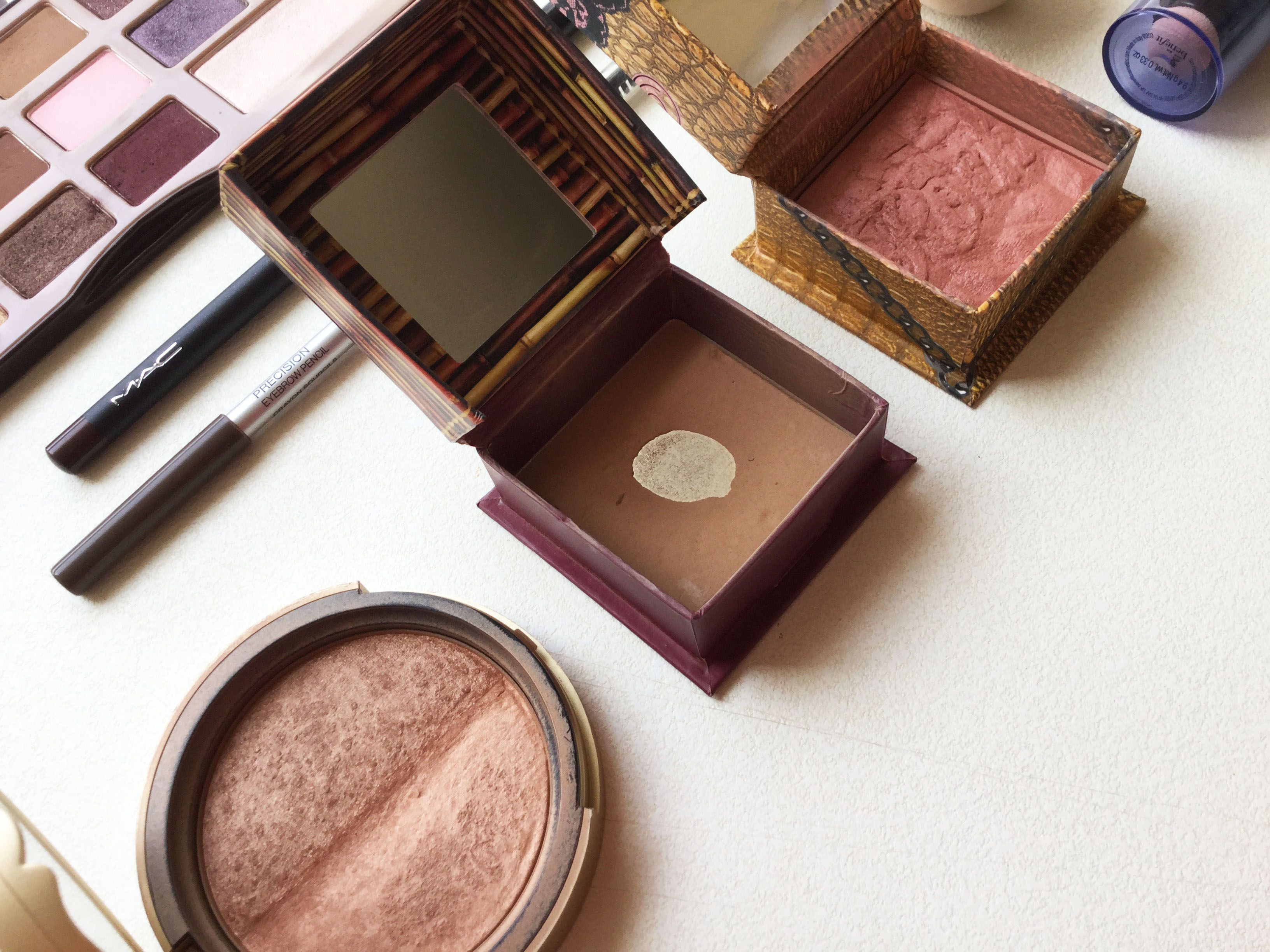 Sun Bunny de Too Faced, Hoola y Rockateur de Benefit.