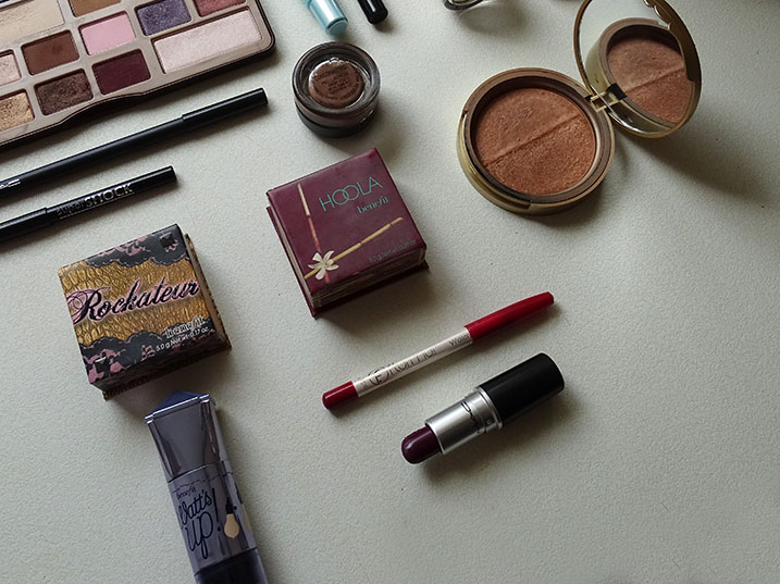 Maquillaje con paleta Chocolate Bar de Too Faced y labial Rebel de MAC.