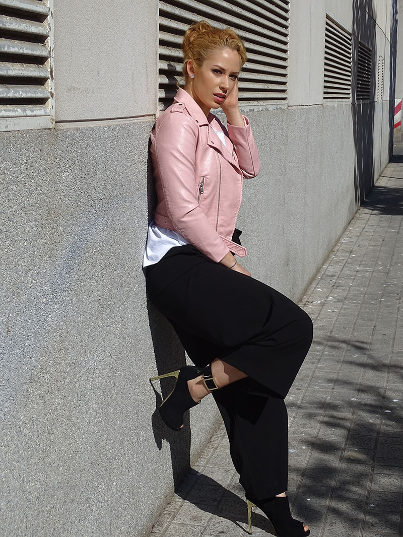 Combinar chaqueta piel rosa