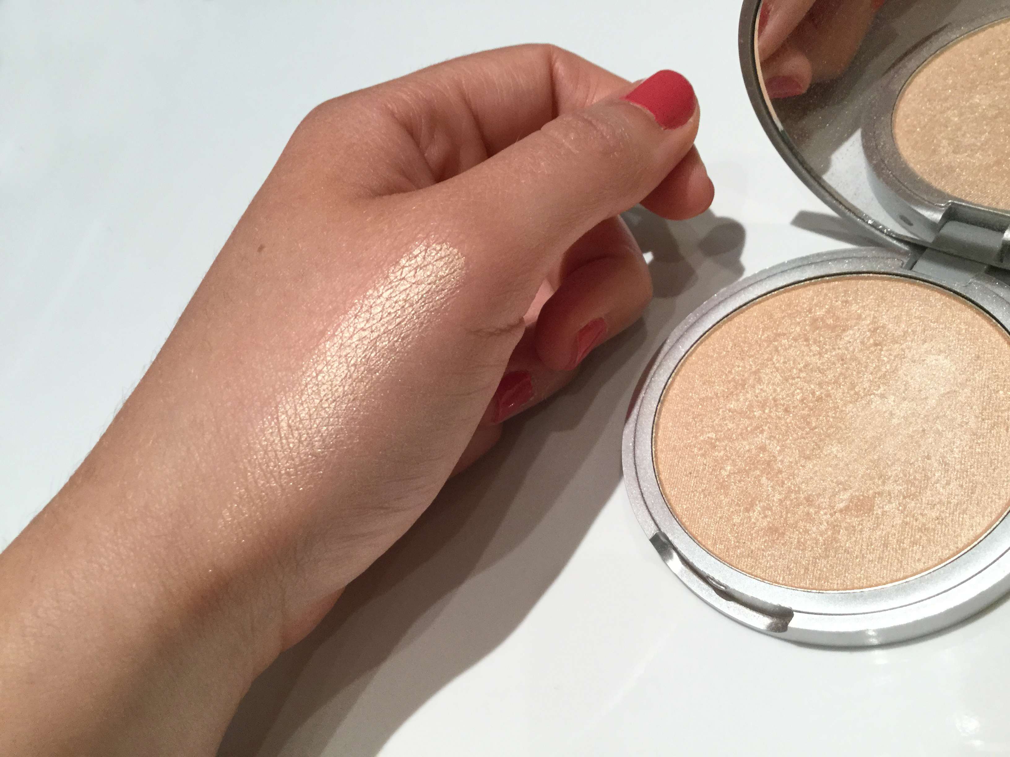 Mary-Lou Manizer de The Balm swatch.