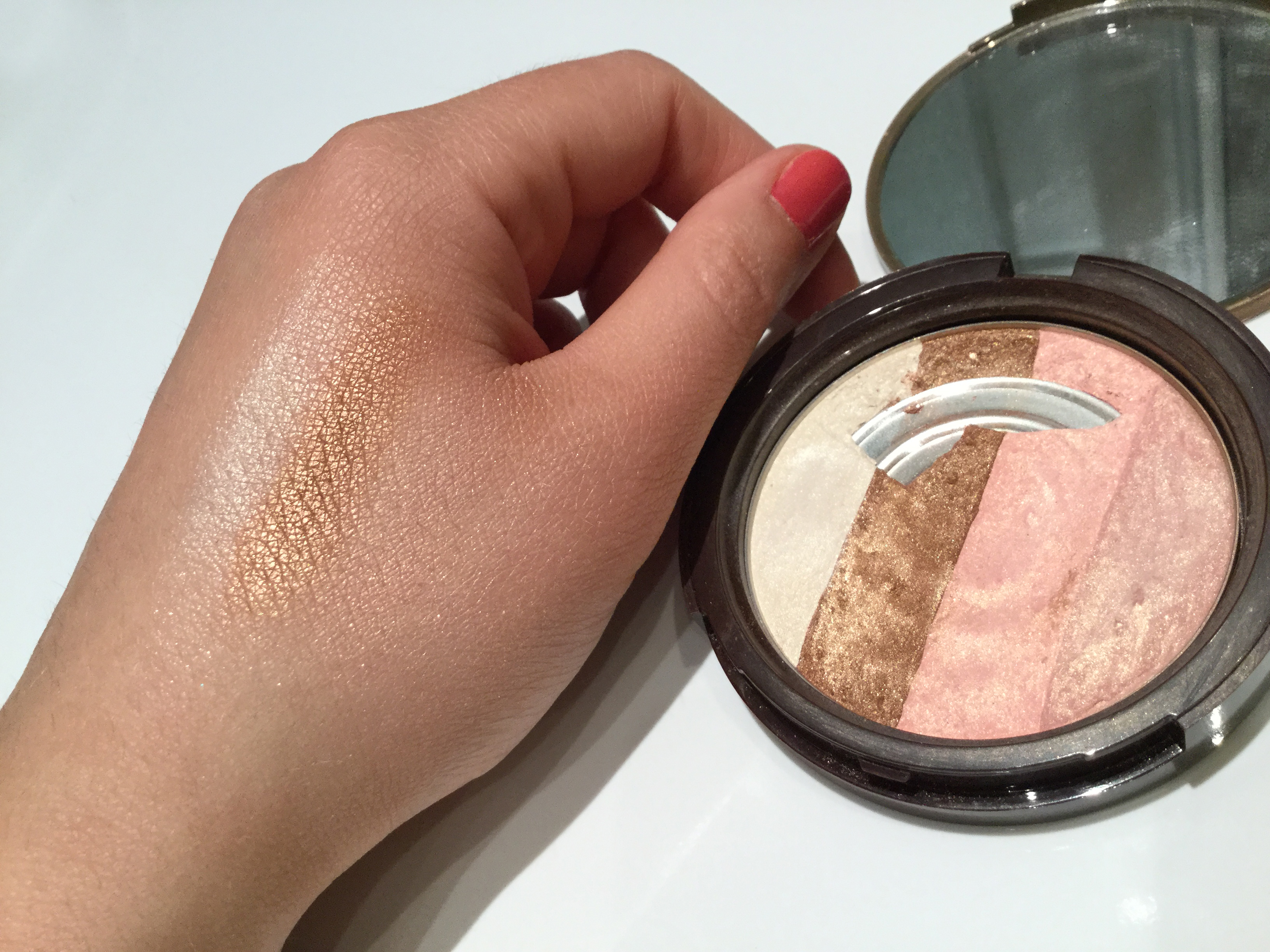 Sun Bunny de Too faced swatch.