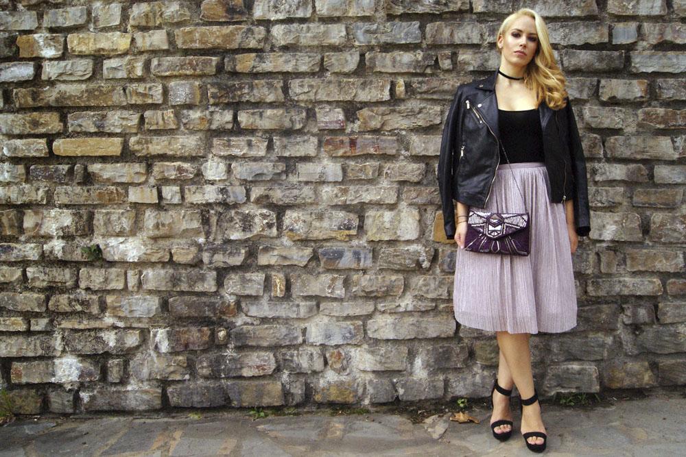 Look con falda midi plisadad de Zara y biker negra de Stradivarius.  Patripaan. 0209eb0e33f4